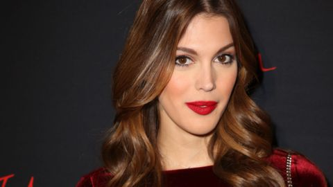 00140224e04 Iris Mittenaere blows a surfer who accuses him of having his chest ...